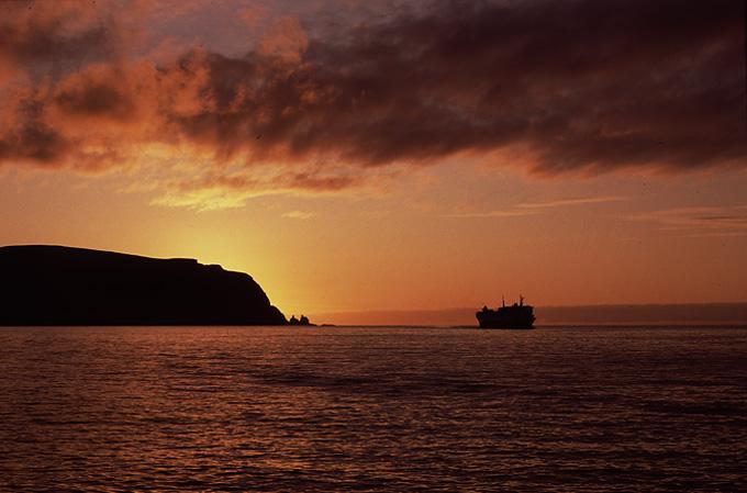 Hurtigruten på vej ind mod Kjøllefjord