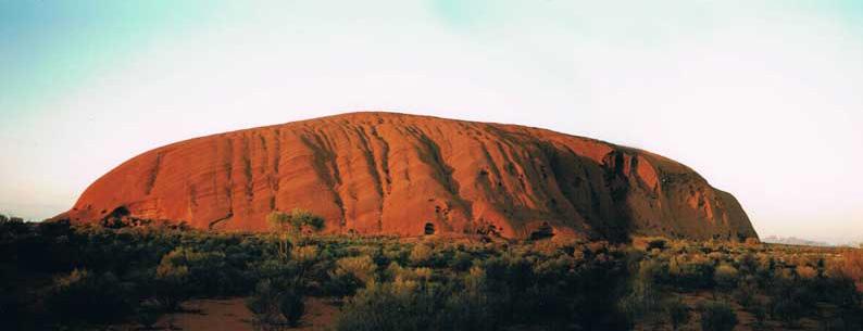 Morgensolen har farvet Ayers Rock smukt rød